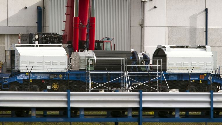 Een transport met kernafval afkomstig uit de kerncentrale van Borssele wordt klaargemaakt voor vertrek per trein. Beeld anp