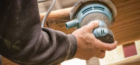 Zo krijg je geverfd hout terug in de originele staat