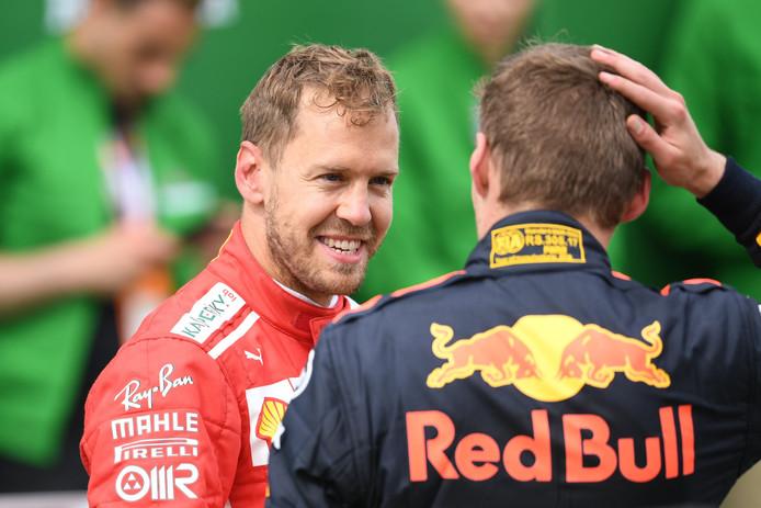 Sebastian Vettel in gesprek met Max Verstappen.