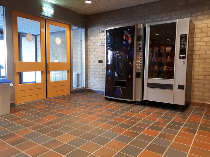 De gebruikers en bezoekers van sporthal De Stoep in Sliedrecht moeten het tot januari doen met deze snoepautomaten.