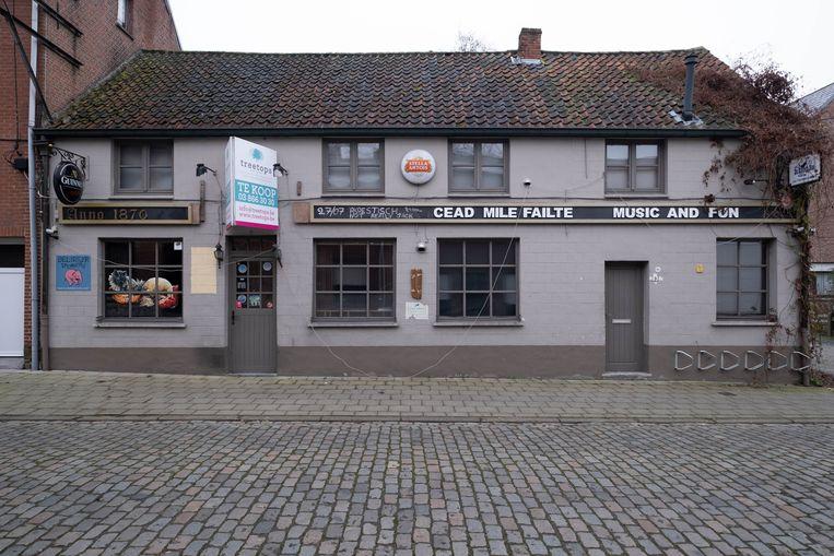 Het pand waar tot 2018 café De Blauwe Koe gevestigd was, staat te koop.