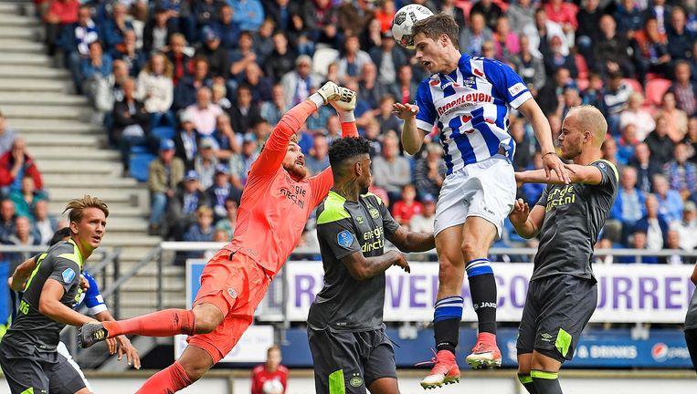 Kik Pierie van Heerenveen torent uit boven vier PSV'ers. Keeper Jeroen Zoet heeft de bal net weg gebokst. Beeld Guus Dubbelman / de Volkskrant
