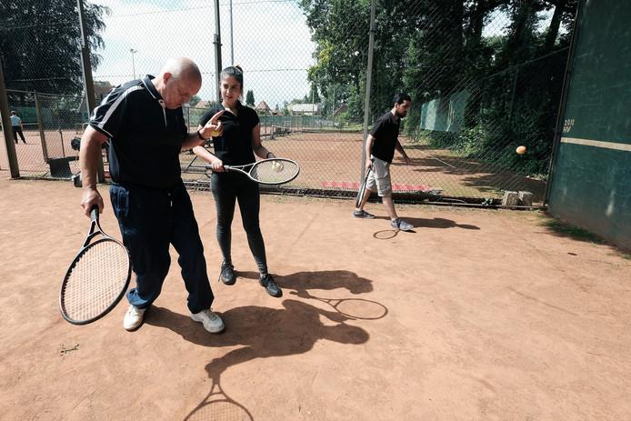 Van links naar rechts vrijwilliger Gerard Thijssen, Hibe Farosi en haar man Khaled Fawal.