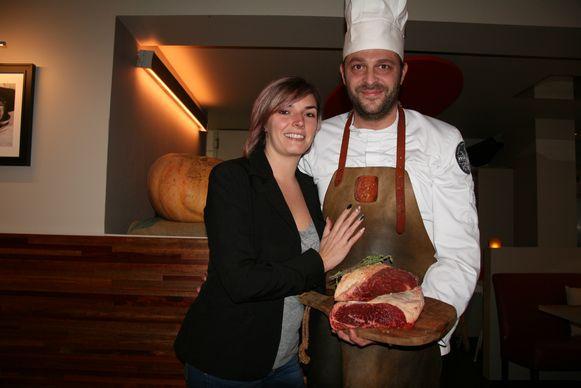 Chef Olivier Van Camp en zijn partner en zaalverantwoordelijke Nathalie Weeremans serveren een Tomahawk van 1,3 kilo.