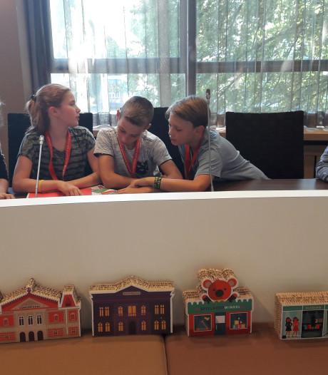 Scholieren Bladel spelen 'gemeenteraadje'