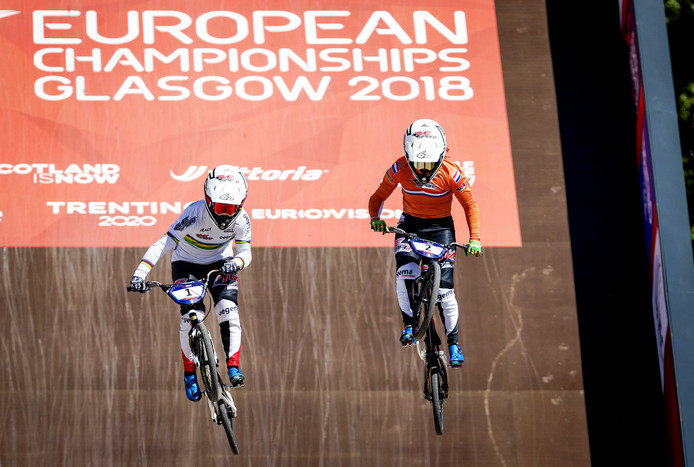 Laura (links) en Merel Smulders in actie tijdens het EK in Glasgow.