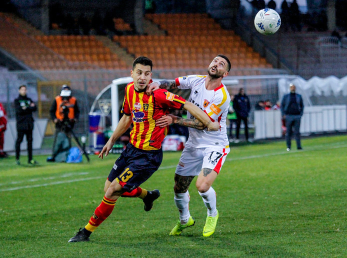Thom Haye (links) voor Lecce tegen Benevento.