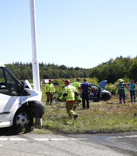 Ongeval met auto en taxibus op beruchte kruising bij Hattem; meerdere gewonden
