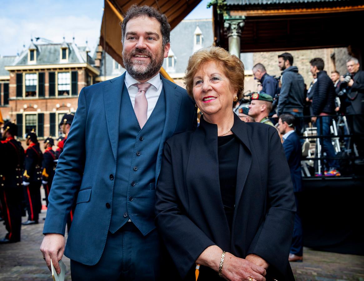 Klaas Dijkhoff met zijn moeder.