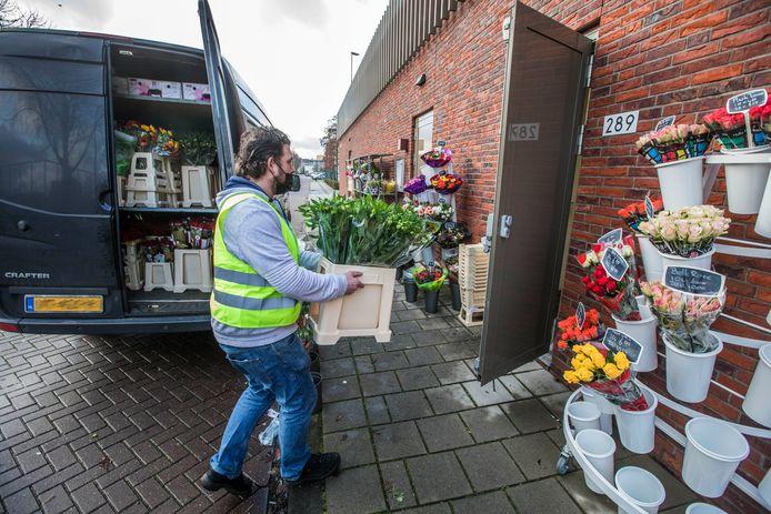 BKJ Bloemisten in winkelcentrum Noordhove moet noodgedwongen bloemen verkopen via de achterdeur. Een collega-bloemist in een ander winkelcentrum zou een melding hebben gedaan bij de gemeente.