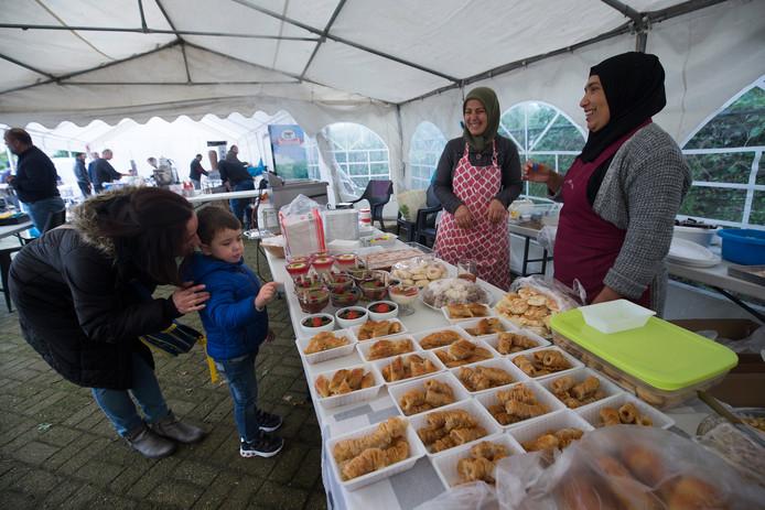 Bij de Anadolu Moskee waren Turkse pizza's en broodjes kebab te koop en ook thee en heel veel zoetigheid.