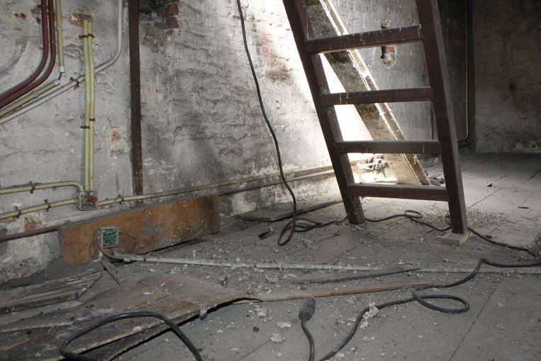 De resten van de honderden kilo's duivenstront op de zolder zijn na het opruimen nog merkbaar.