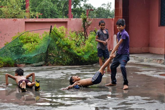 Heerlijk hemelwater: spelende kinderen in Agra, India.