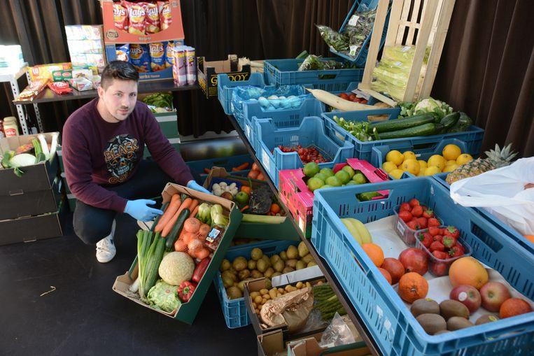 Joeri Bryssinck bij de afdeling 'groenten en fruit'.