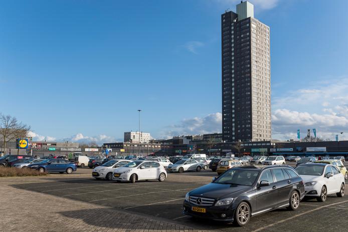 De parkeerplaats van winkelcentrum WoensXL