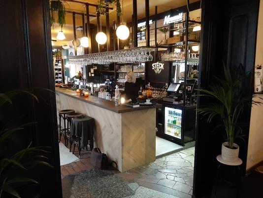 Met planten aan het plafond, een nieuwe bar, een zithoekje met platenspeler en een piano pontificaal voor de spiegels.