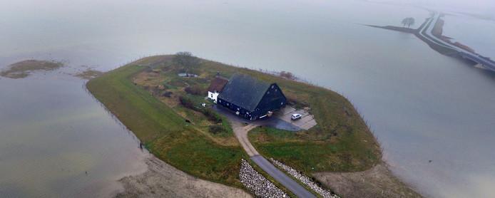 In de Noordwaard in de Biesbosch zijn boerderijen op terpen gebouwd, zodat de polders bij hoogwater - zoals op deze archieffoto - als berging kunnen fungeren