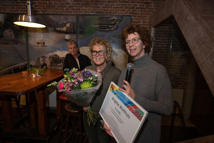 Uitreiking Kamper kunstprijs in de Cellebroederspoort aan Brigitte Wolthuis uit IJsselmuiden. Zeven projecten waren genomineerd.