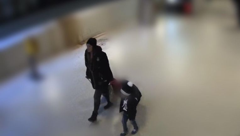 Het kind, vermoedelijk rond de vier of vijf jaar oud, verkeert in goede gezondheid en is tijdelijk opgevangen door een pleeggezin Beeld Politie