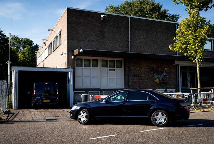 Een konvooi met auto's arriveert bij de extra beveiligde gerechtsbunker in Amsterdam-Osdorp.
