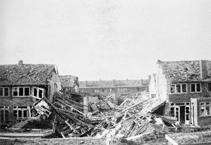 Verwoeste huizen aan de Hazelaarstraat en omgeving in Malburgen West in Arnhem na het Amerikaanse vergissingsbombardement op 22 februari 1944.