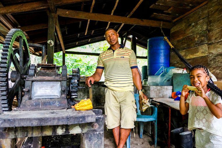 Viche-stoker Diego demonstreert zijn suikerrietpers in Guachalito. Beeld Ynske Boersma