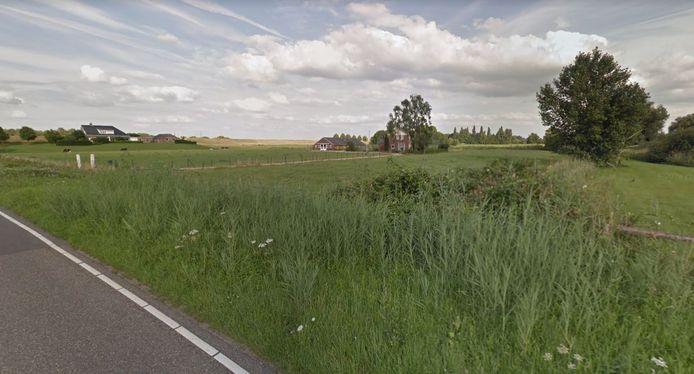 Woningen aan de Sint Hubertusweg en de Erlecomsedam in Erlecom, op de grens met Ooij.