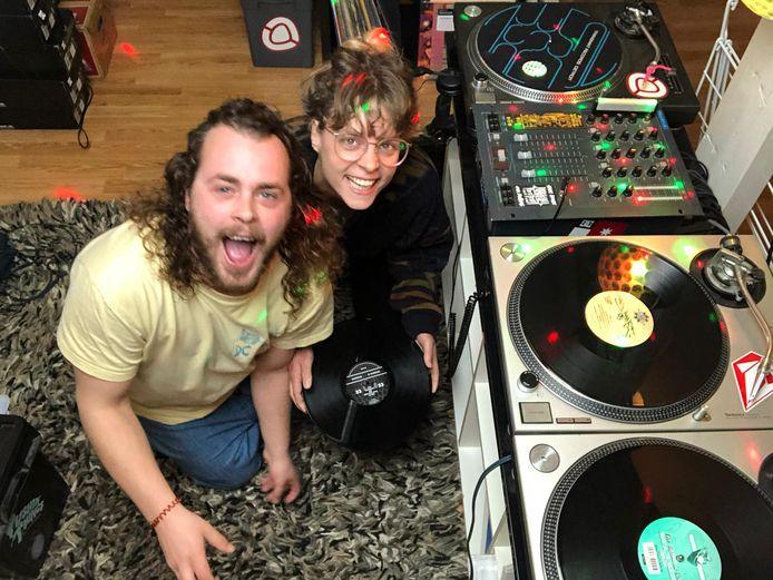 DJ's in tijden dat er geen feestjes zijn, Bram van Halteren en Jip Bierkens hebben daarom een thuisdisco op poten gezet. Iedereen kan op de digitale dansvloer aanhaken.