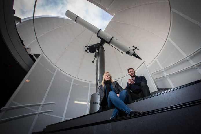 Schepen Lotte Trippaers en Raf Santermans van Cosmodrome onder de koepel van de volkssterrenwacht.