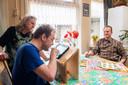 Cor en Dymphie Kieboom verzorgen hun zoon Wally (49) die normaal gesproken op De Blauwe Kamer woont nu thuis. Wally is visueel en verstandelijk beperkt.