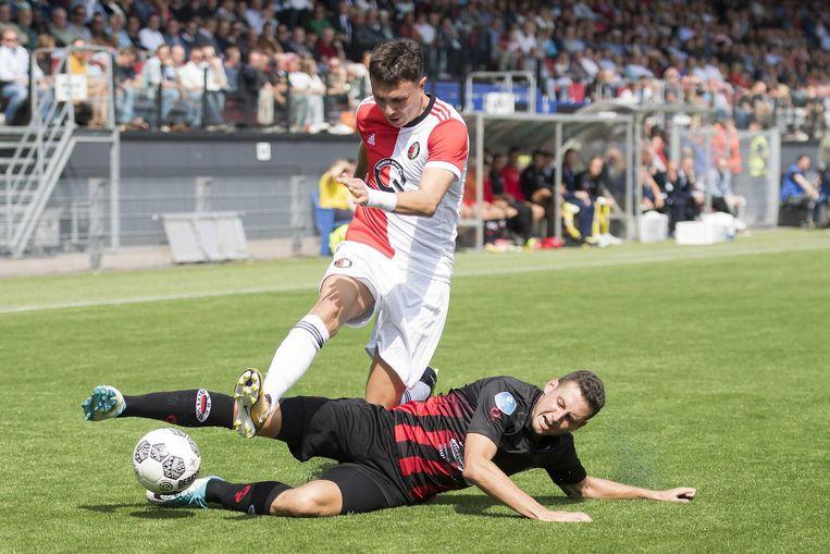 Luigi Bruins (Excelsior) strijdt om de bal met Steven Berghuis (Feyenoord). Beeld epa