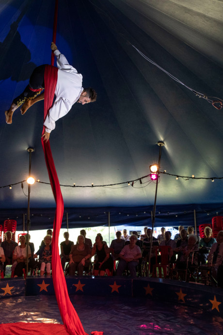 Circusshow in mini-tent, maar groots effect op het publiek in Helmond