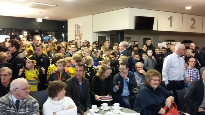 Leden voetbalclubs massaal aanwezig bij vergadering over for Helmers accommodatie en interieur bv