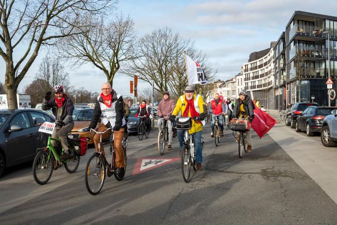 Met een fietstocht langs de verschillende stakingsposten wil Hart Boven Hard aantonen dat ze solidair zijn met de stakers en het protest steunen.