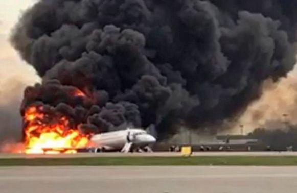 Het vliegtuig vatte vuur tijdens de noodlanding.