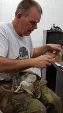 Martin Mollet van de roofvogelwerkgroep ringt een slechtvalk in Alphen