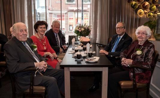 Echtpaar De Hullu-de Feijter in gesprek met burgemeester Marga Vermue (tweede van links) en Kamerheer Jack Asselbergs (tweede van rechts).