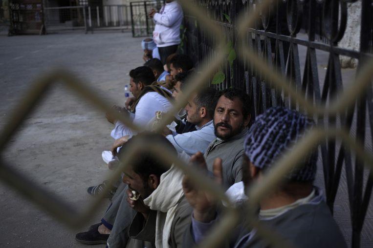 Familieleden van de onthoofde koptische christenen in Sirte, de Libische stad waar de mannen zijn ontvoerd door IS. Beeld ap