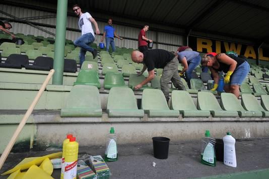 FC Dordrecht supporters maken tribune schoon