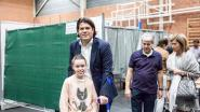VIDEO Limburgse gedeputeerde op krukken naar de stembus