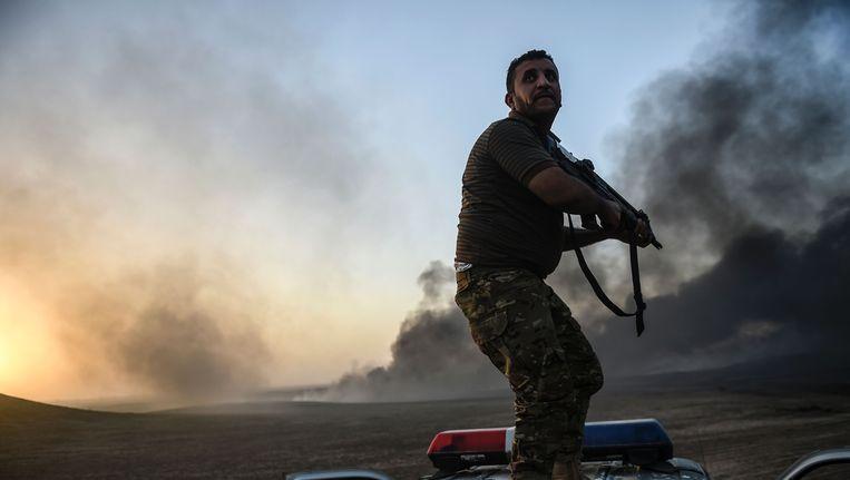 Een Iraakse militair in de buurt van Qayyarah, ongeveer 60 kilometer ten zuiden van Mosul. Beeld afp