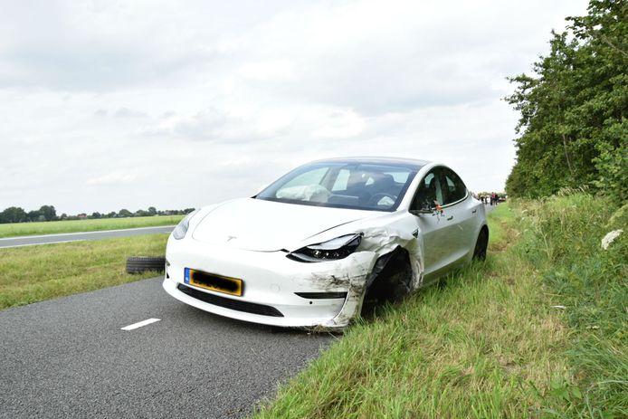 De schade door de aanrijding is groot aan alle voertuigen.