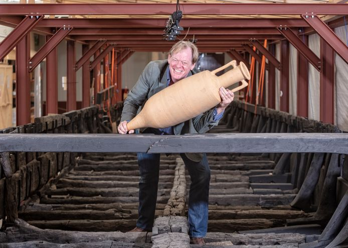 Archeoloog  Tom Hazenberg met een romeinse amfoor in het Romeinse schip in het Archeon - Rubriek onder professoren