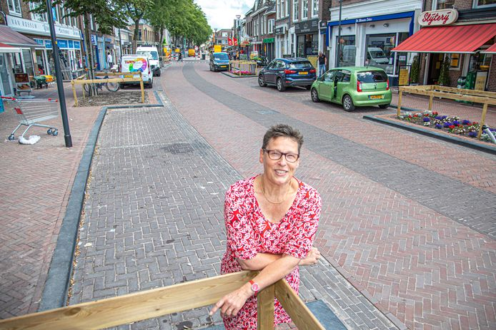 Annet Kroes is in haar nopjes met de make-over van de Thomas a Kempisstraat in Zwolle. Eind deze week gaat ook het gedeelte rond de hoek met de Vechtstraat weer open.