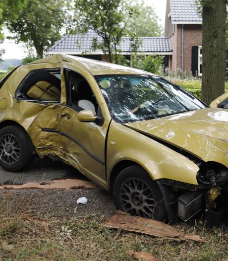 Automobilist gewond; auto zwaar beschadigd in Stevensbeek
