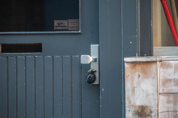 De handgranaat aan de deur van Café Bruut in de Voorstraat in Zwolle.