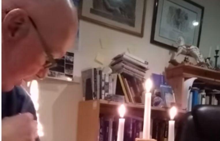 Trui van Britse priester vat vuur tijdens onlinelezing .