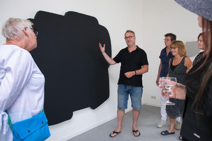 Kees van de Wal in gesprek met bezoekers van zijn atelier tijdens het vijfde Zaltbommelse Kunstrondje.