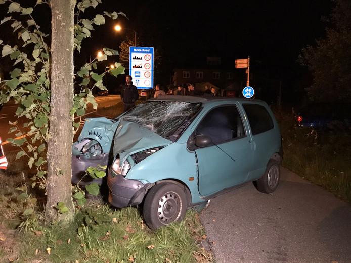 De auto is zwaar beschadigd na de klap tegen de boom.