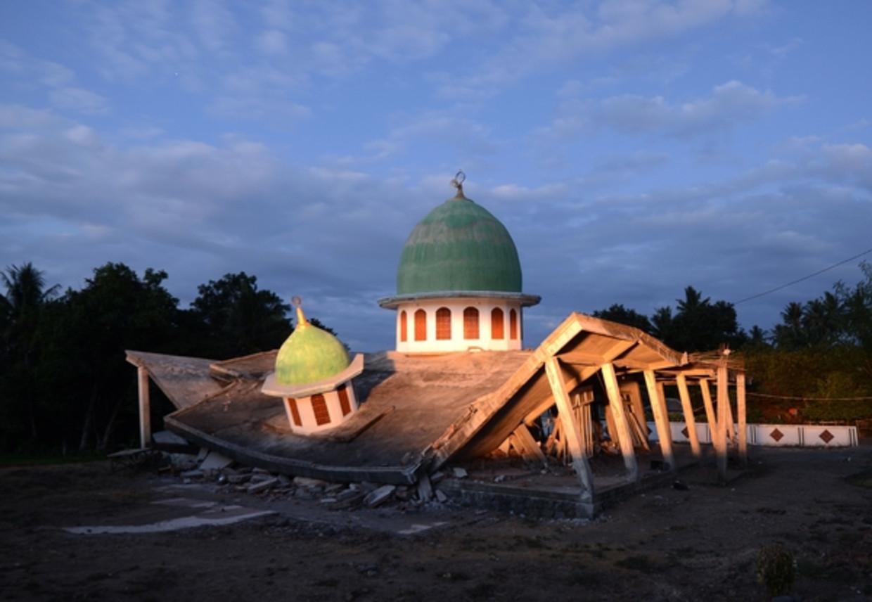 Een ingestorte moskee op Lombok.